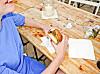VELG HAMBURGER PÅ FESTIVAL: Ifølge eksperten kan du nyte en hamburger med god samvittighet dersom du dropper tilbehøret.  Foto: Plainpicture
