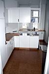 KJØKKENET FØR: Familien Thornberg Graeser ville ikke at kjøkkenet kun skulle føles som et matverksted, men også som et sted der man hygger seg. Det skulle være plass til mange kokebøker og en hel samling kjøkkenmaskiner. Det var ikke mulig å utvide rommet, så familien måtte utnytte den eksisterende plassen fullt ut. FOTO: Dianna Nilsson